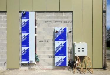 Obr. 7: Rekuperační jednotka a tepelný zásobník na stěně zkušebního pracoviště