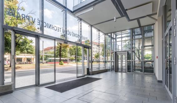 U dvou výtahů zůstala konstrukce odhalená a jako její ochrana slouží opláštění celé budovy