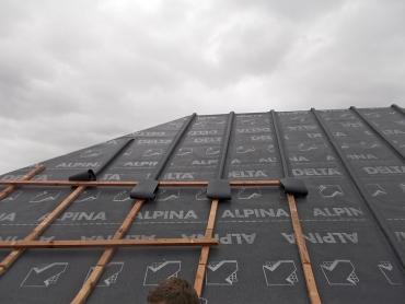 Skladba střechy třída těsnosti 1: dřevěné bednění; difuzně otevřená DHV (pojistná hydroizolace) DELTA-ALPINA, umožňující homogenní spoj; kontralatě jsou kryty přířezovými pásy DELTA-ALPINA. Tepelný izolant se následně ze spodní strany doplní bezprostředně k bednění bez jakékoliv větrané mezery.