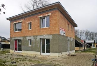 Obr. 3, 4: Experimentální dům v různých fázích stavby. Bez vnější omítky byla naměřena hodnota n50 = 0,4 h–1, při dokončení budovy byla naměřena hodnota n50 = 0,2 h–1 i po roce užívání.