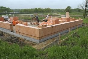 Obr. 8–10: RD Zliv, výstavba, dokončená budova, měření těsnosti obálky budovy