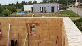 Obr.  11–13: RD Radomyšl, stavba a různé fáze domu při měření testu vzduchotěsnosti obálky budovy. Při kontrolním testu byla naměřena hodnota  n50 = 0,7 h–1. Po dokončení budovy byla naměřena hodnota n50 = 0,4 h–1.