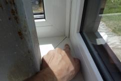 Obr. 14–16: Největší netěsnosti zjištěné při kontrolním testu vzduchotěsnosti obálky budovy – nevhodně zpracovaný detail parapetu u rohového okna, netěsnost kolem svazku kabelů a proudění vzduchu neutěsněnými chráničkami kabelů.