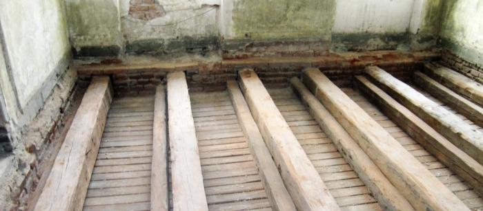 Obr. 4: Odkrytá konstrukce stropu připravena ke kontrole