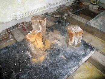 Obr. 5: Vyříznuté degradované zhlaví dřevěných trámů