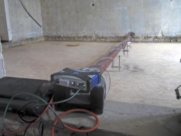 Obr. 9: Přístroje na měření vibrací podlahy. Tým z brněnského VUT FAST vedli doc. Ing. Pavel Schmid, Ph.D., Ing. Petr Daněk, Ph.D., a doc. Ing. Jan Pěnčík, Ph.D.