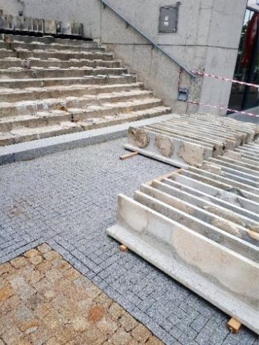 Obr. 2: Důsledek nedodržení správného technologického postupu při realizaci kotvení schodišťových desek (archiv autorky)