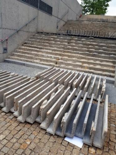 Obr. 3: Pohled na schodišťové desky po jejich vybourání z venkovního schodiště (archiv autorky)