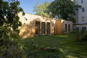 Dům byl navržen vpasivním standardu, má promyšlené konstrukční řešení i celé TZB. Systém vytápění kombinuje zemní výměník, fotovoltaiku a akumulaci energie, kromě toho je tu také rekuperace.