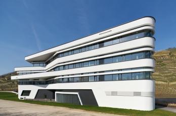 Díky úzkým profilům vytváří fasáda dojem souvislých pásových oken