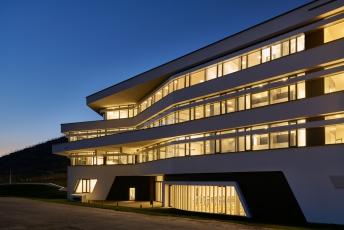 Noční pohled na budovu osvětlenou pomocí LED technologie