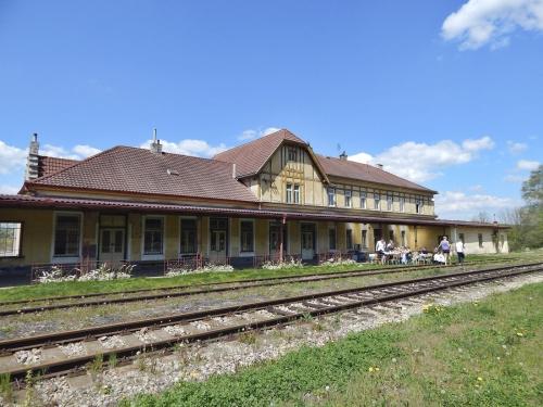 Staniční budova byla na jaře roku 2012 odstavena z provozu