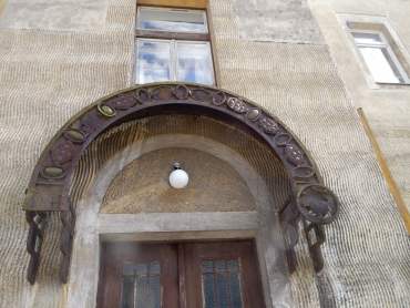 Objekt je vyzdoben secesními architektonickými prvky, patrnými zejména u hlavního vstupu v prvním nadzemním podlaží