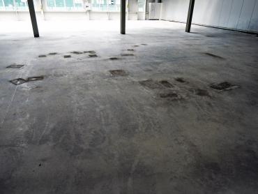 Príklad oddeľovania vsypu z priemyselnej podlahy