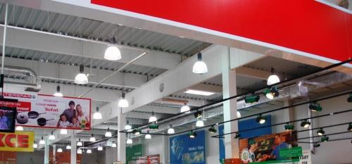 Obr. 1: Vazníky s otvory ve střešní konstrukci supermarketu