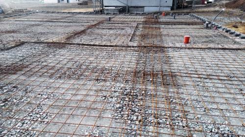 Obr. 5: Budoucí základová deska po položení kari sítí; síť není podložena, prováděcí firma tvrdila, že podložení bylo následně před betonáží provedeno