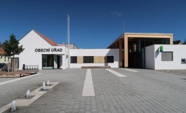 Obecní úřad a další veřejné prostory v obci Bílovice nad Svitavou od studia P. P. Architects