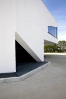 Dům je odlitý zmonolitického betonu. Celkové řešení isklo vlíci fasády poukazují napříslušnost firmy kautomobilovému průmyslu.