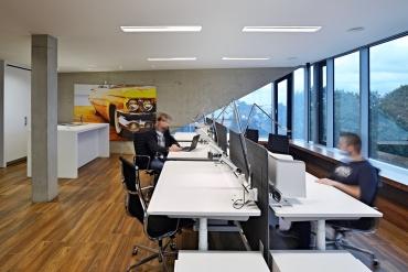 V interiérech jsou hlavními prvky pohledový beton, bezrámové použití skla a dřevěná podlaha vpatře