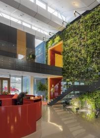 Sídlo firmy má centrální vstupní halu s vegetační stěnou a skleněným schodištěm. Pilová ocelová příhradová konstrukce střechy je částečně přiznaná.