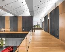 Ve druhém podlaží jsou jednotlivá pracoviště, zasedací místnosti a archiv
