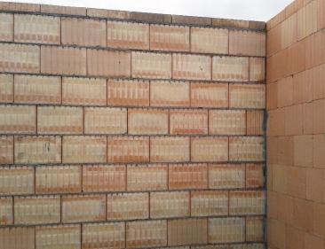 Obr. 1: Příklad napojení vnitřní akustické stěny s použitím klasické zdicí malty na obvodovou stěnu z broušeného zdiva Profi