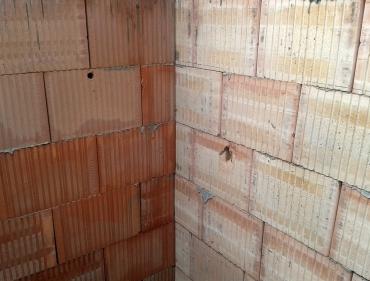 Obr. 2: Ukázka výhod jednotné technologie broušeného zdiva Profi – bezproblémová návaznost obvodové i meziobjektové akustické stěny řadového domu