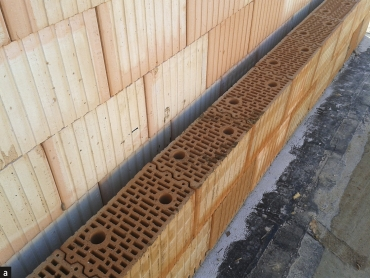 Obr. 3: Dvojitá konstrukce meziobjektové stěny řadového domu z cihel Porotherm 19 AKU Profi