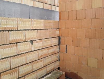 Obr. 11: Řadový dům Praha 9, návaznost obvodové stěny z broušených cihel a meziobjektové stěny z nebroušených akustických cihel