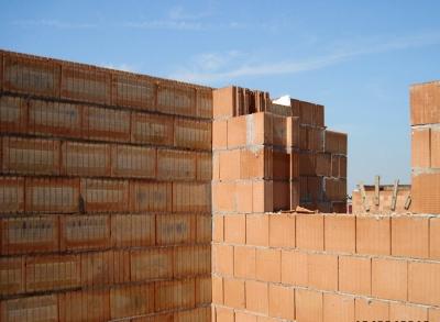 Obr. 12: Řadový dům Praha 4, návaznost obvodové stěny z nebroušených cihel a meziobjektové stěny z nebroušených akustických cihel