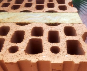 Obr. 2: Detail ložné plochy, která umožňuje zdění na schválený typ PU pěny