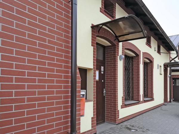 Pošta ve Stonavě. Cemixtherm EPS Comfort s imitací obkladového pásku. Budova měla před realizací na podobných místech pohledové cihly. Realizace VAPES CE, s. r. o.
