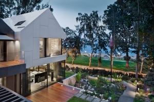 Návrh architektů studia Arch-Deco je založený na interakci prvků sedlových a plochých střech s venkovními terasami