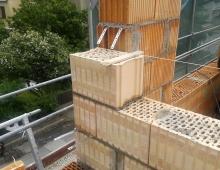 Obr. 3, 4: Kolmé napojení AKU stěny, která probíhá až do vnějšího líce obvodové stěny