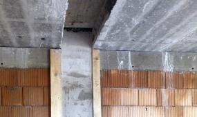 Obr. 10: Omítnutá AKU stěna u instalační šachty