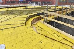 Bednicí deska pro designovou střechu autobusového nádraží v Kolíně je na místě pasována z latí bednicí desky Doka 3-So.