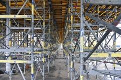 Podpěrná konstrukce Staxo 40 vynáší bednicí desky do výše cca 6 metrů. Po jejím odstranění střechu ponese jen 26 nerezových sloupů, které budou vhodně doplňovat pohledový beton.