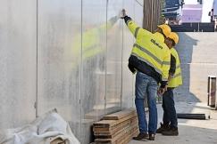 Podchod pro čelákovické nádraží je z pohledového betonu nejvyšší kvality. Zcela hladký povrch je často ideální představou pohledového betonu, ale možnosti bednicích desek nabízejí daleko širší pole otisků.