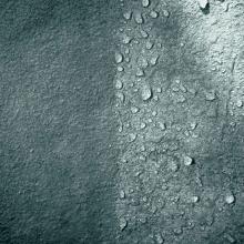 Obr. 1: Vlevo neošetřený povrch betonu, smočený vodou. Vpravo povrch betonu ošetřený silanovou hydrofobní impregnací.