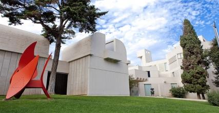 Obr. 2: Budova muzea Fundació Joan Miró s prefabrikovanými fasádními prvky natřenými na bílo  (zdroj www.fmirobcn.org)