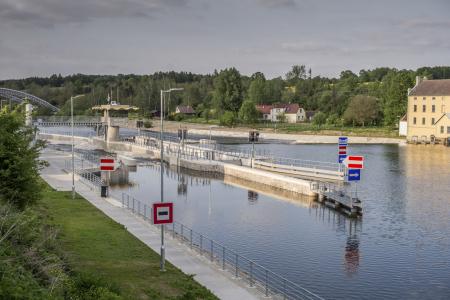 Plavební komora u jezu Hněvkovice slouží k proplavení plavidel přes stupeň tvořený historickým jezem