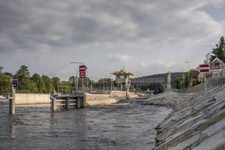 Dolní rejda a plavební komora u jezu vHněvkovicích