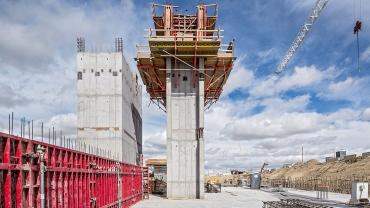 Kombinací překládaného lešení CB s rámovým bedněním MAXIMO bylo dosaženo požadované kvality betonových povrchů a zároveň dodržen náročný časový harmonogram stavby