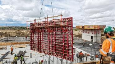 Hlavním cílem rychlost výstavby: po spojení zámky BFD bylo možné mnoho panelů rámového bednění MAXIMO s šířkou 2,40 m přemísťovat jako velkoplošné sestavy s pomocí jeřábu