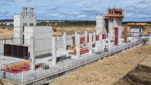 Při výstavbě nové kancelářské budovy Hexagon v Calgary bylo dosaženo nasazením rámového bednění MAXIMO a spínání MX obsluhovaného pouze z jedné strany bednění velké úspory času. Šachtový roh MAXIMO znamenal pro personál na stavbě rychlou a bezpečnou metodu pro odbednění a přemístění šachtového bednění.