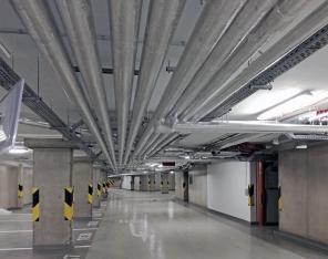 Obr. 5, 6: Rozvody vzduchotechniky, vytápění a vody v prostorách garáže