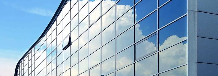 Obr. 3: Dnes používaná protisluneční skla mají různá zabarvení, ale především jsou opatřeny reflexními vrstvou (zdroj: www.saint-gobain-facade-glass.com)
