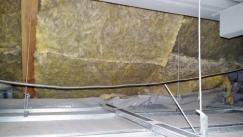 Obr. 3: Pohled z dutiny nad podhledem směrem k místu styku podhled – šikmá střecha