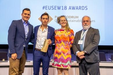 Zleva: Jakub Hořický, Pavel Podruh, Pirjo Jantunen, předsedkyně Světové energetické rady, a evropský komisař Miguel Arias Cañete (zdroj: EUSEW)