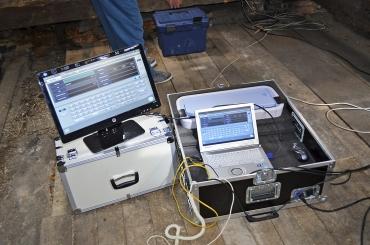 Obr. 1: Rentgenový přístroj (0,32–100 mAs, 0–40 kV), RTG bezdrátový panel a transportní kufr